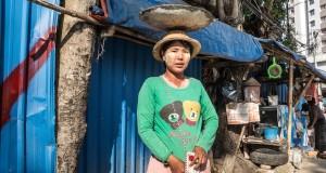 إحدى النساء العاملات بقطاع البناء في ميانمار - المصدر: صحيفة الجارديان