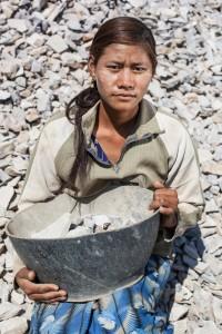 إحدى النساء العاملات في قطاع البناء بميانمار