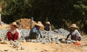نساء يعملن في قطاع البناء بميانمار